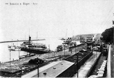 Foto 1: Fährbahnhof und Fähranlagen (im Hintergrund) um 1909
