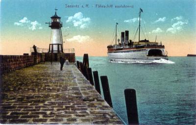 Foto 2: Ein Fährschiff älterer Bauart verlässt den Sassnitzer Hafen
